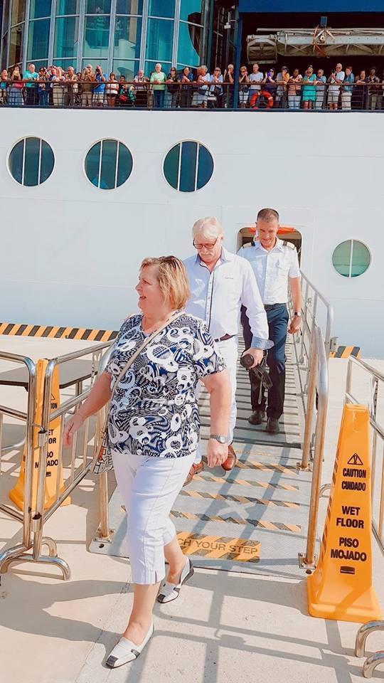 Những vị khách đầu tiên đặt chân xuống cầu cảng