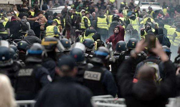 Người biểu tình Pháp chặn đường cao tốc, đốt hàng loạt trạm thu phí - Ảnh 2.