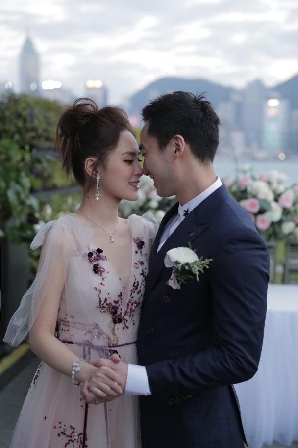 Chung Hân Đồng xinh như công chúa trong tiệc cưới ngoài trời - Ảnh 2.