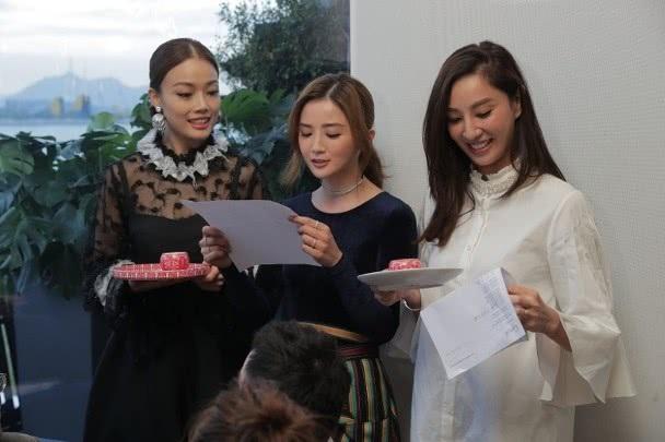 Chung Hân Đồng xinh như công chúa trong tiệc cưới ngoài trời - Ảnh 12.