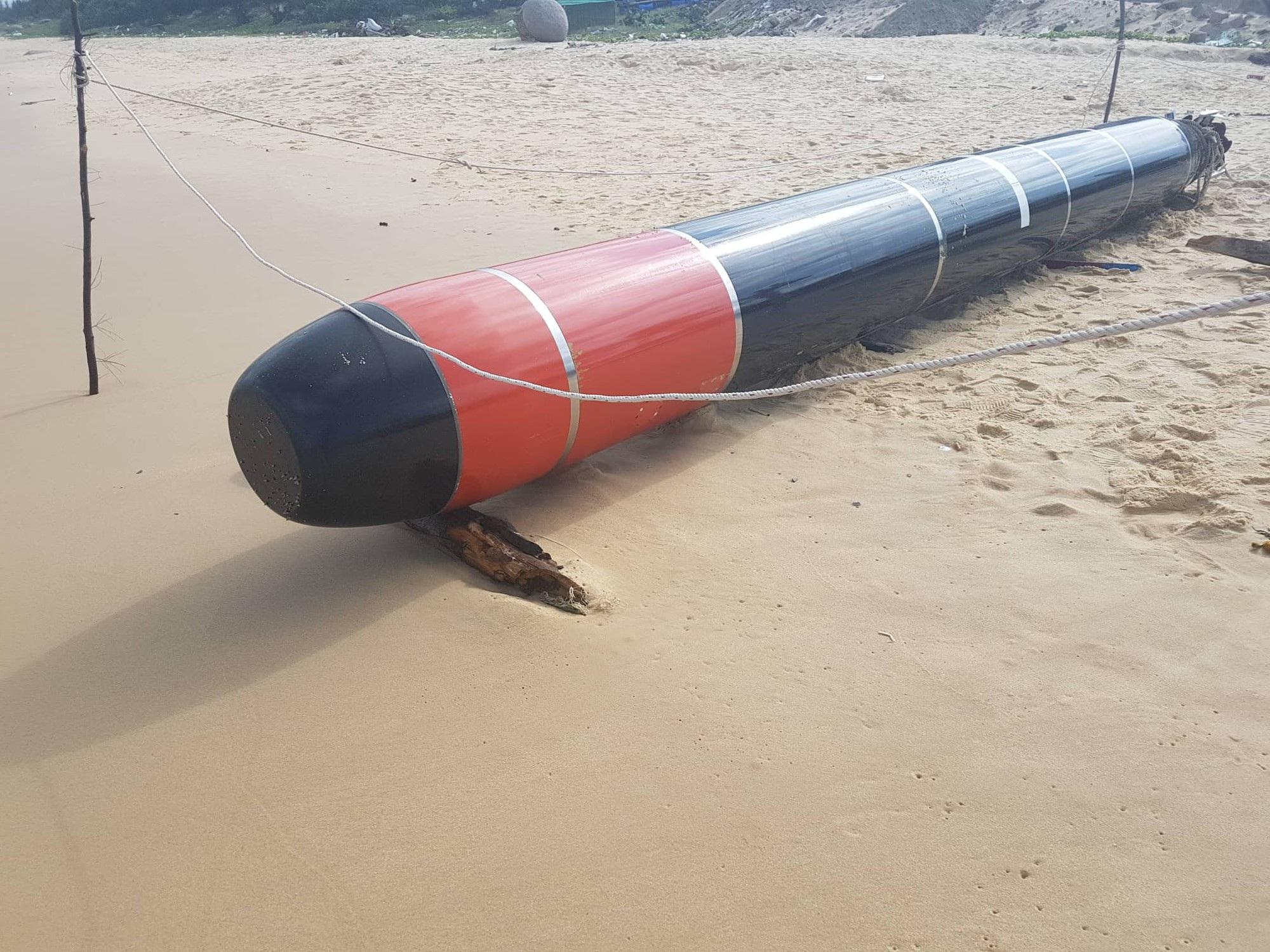 Vật thể nghi là ngư lôi có chữ Trung Quốc trôi trên biển Phú Yên - Ảnh 2.