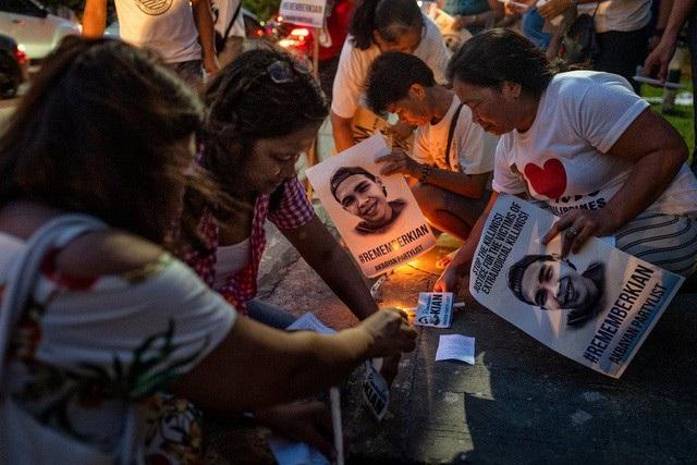 Những người biểu tình thắp nến tưởng niệm một năm sự ra đi của Kian delos Santos - học sinh 17 tuổi bị giết nhầm trong cuộc chiến chống ma túy tại Philippines năm 2017 (Ảnh: New York Times)