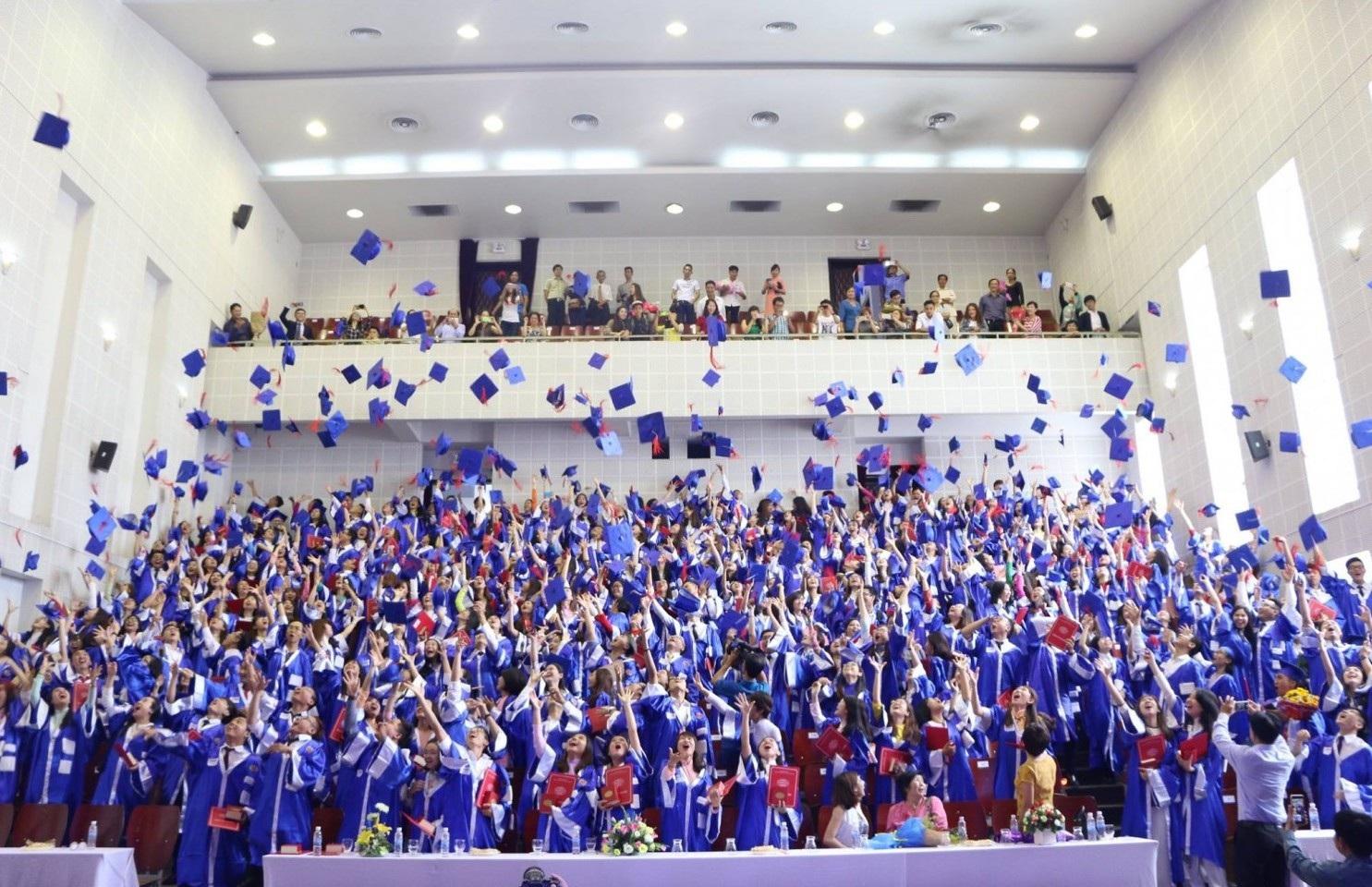Trường ĐH Ngoại ngữ Tin học TPHCM: Hiệu phó phụ trách ký bằng tốt nghiệp cho sinh viên - Ảnh 1.