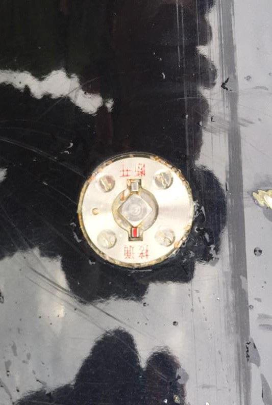 """Bốn chữ Trung Quốc ở phần đuôi của thiết bị này được tạm dịch là """"Tiếp thông, đoạn khai"""""""