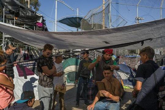 Hàng ngàn người di cư đang tụ tập ở biên giới Mexico - Mỹ. Ảnh: NYT