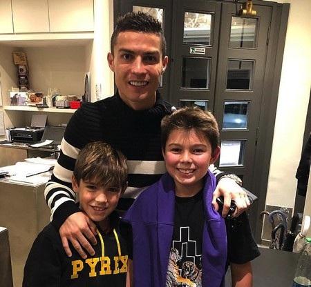CR7 vui vẻ chụp ảnh cùng con trai của Buffon