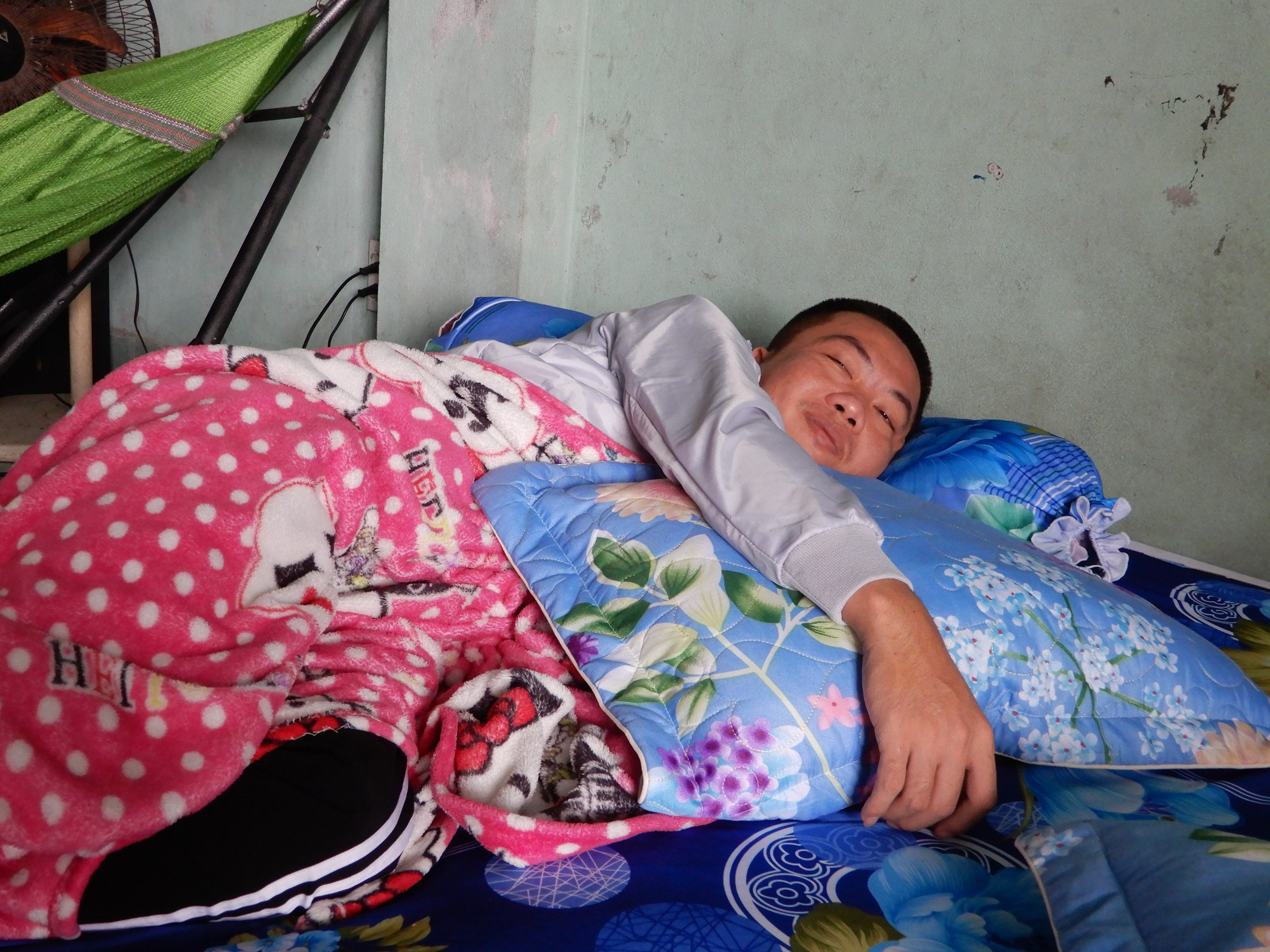 Thương cha già vất vả nuôi con trai bị lao màng não nằm liệt giường - Ảnh 3.