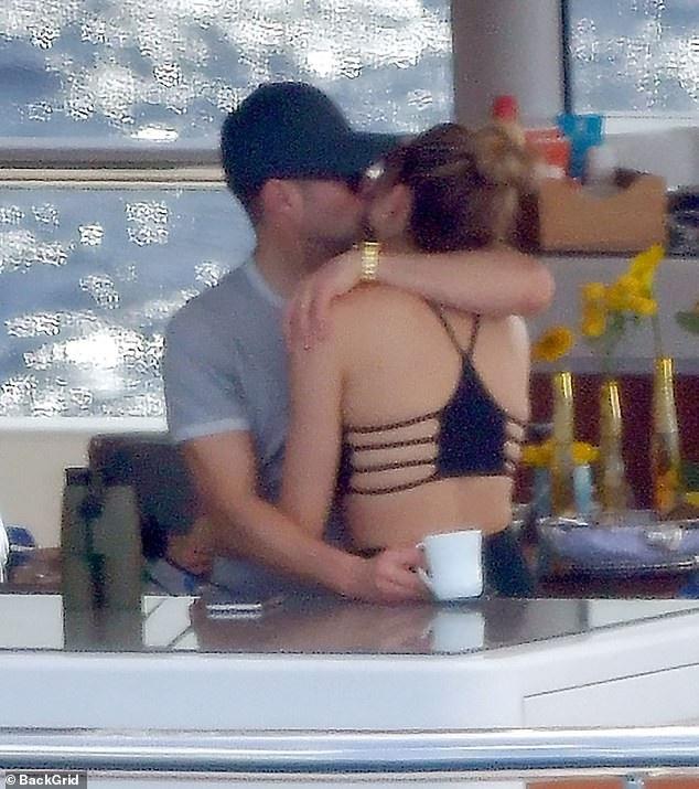 MC của cuộc thi Thần tượng âm nhạc Mỹ Ryan Seacrest tình tứ hôn bạn gái Shayna Taylor trong kỳ nghỉ mới đây ở St Barts