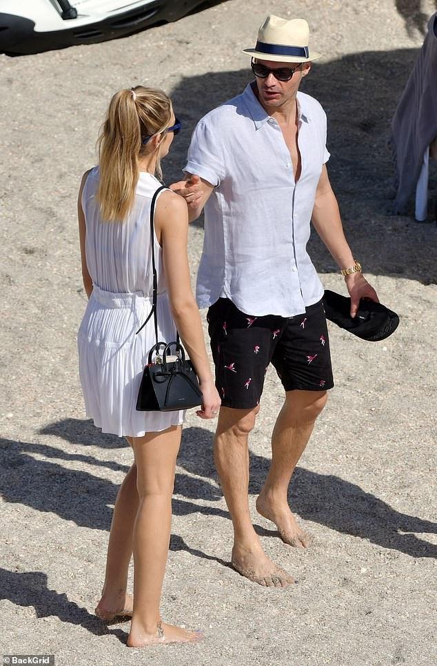 Ryan Seacrest từng hẹn hò với vũ công Julianne Hough từ năm 2010 - 2013