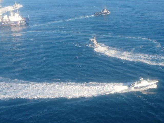Các tàu Nga và Ukraine chạm trán gần eo biển Kerch hôm 25/11. (Ảnh: RT)