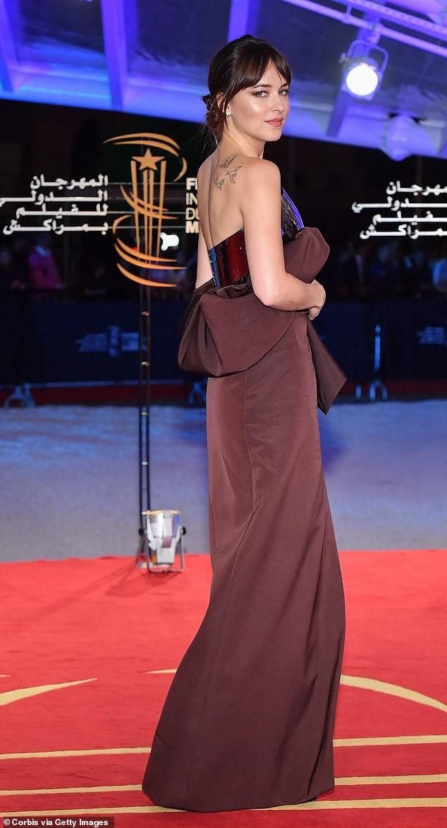 Dakota Johnson mới đây đã chia sẻ, cô cảm thấy đời tư bị bới móc sau khi trở thành diễn viên nổi tiếng. Nữ diễn viên xinh đẹp nói rằng khi mới nổi tiếng, cô hoảng sợ vì cuộc sống như vậy