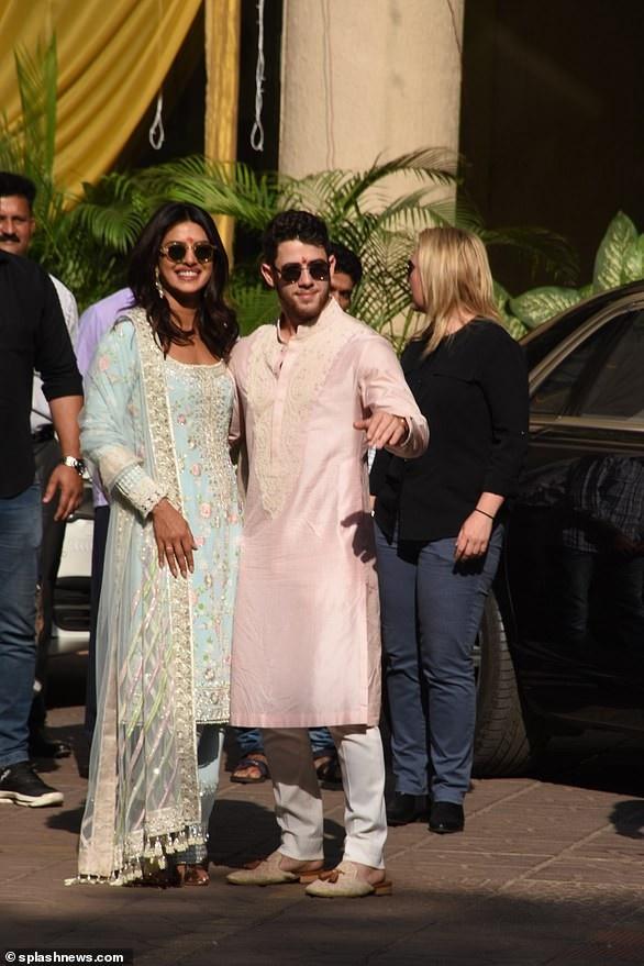 Nick Jonas thường xuyên diện trang phục truyền thống Ấn Độ mỗi khi tới quê hương của vợ