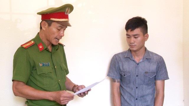 Công an đọc lệnh bắt Lê Hoài Lộc trong vụ án chiếm đoạt 2 xe ô tô