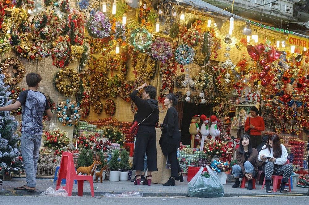 Người Hà Nội chen chân mua sắm trên phố Hàng Mã trước lễ Giáng sinh - Ảnh 1.