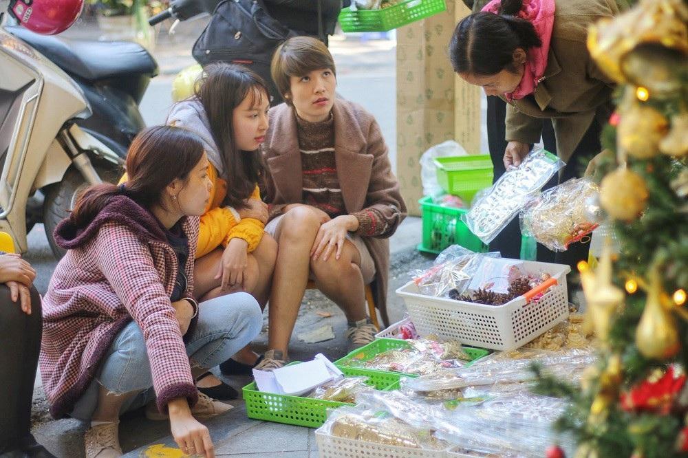 Người Hà Nội chen chân mua sắm trên phố Hàng Mã trước lễ Giáng sinh - Ảnh 10.