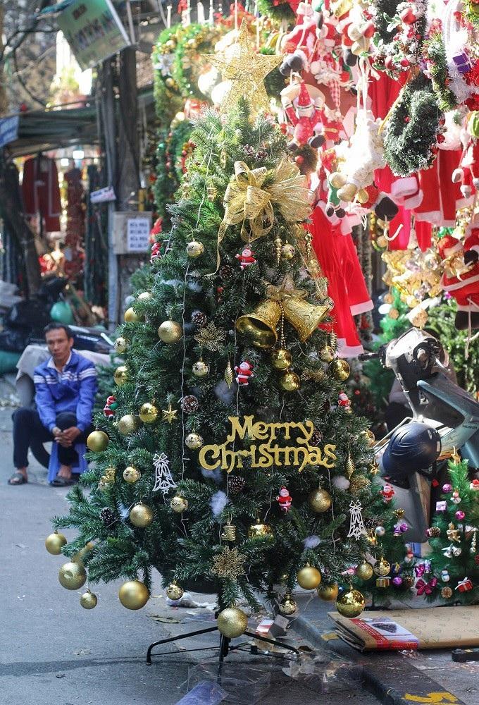 Người Hà Nội chen chân mua sắm trên phố Hàng Mã trước lễ Giáng sinh - Ảnh 11.