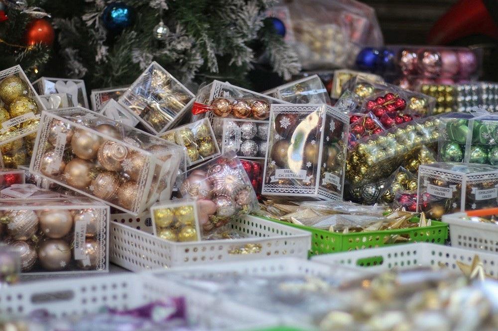 Người Hà Nội chen chân mua sắm trên phố Hàng Mã trước lễ Giáng sinh - Ảnh 12.