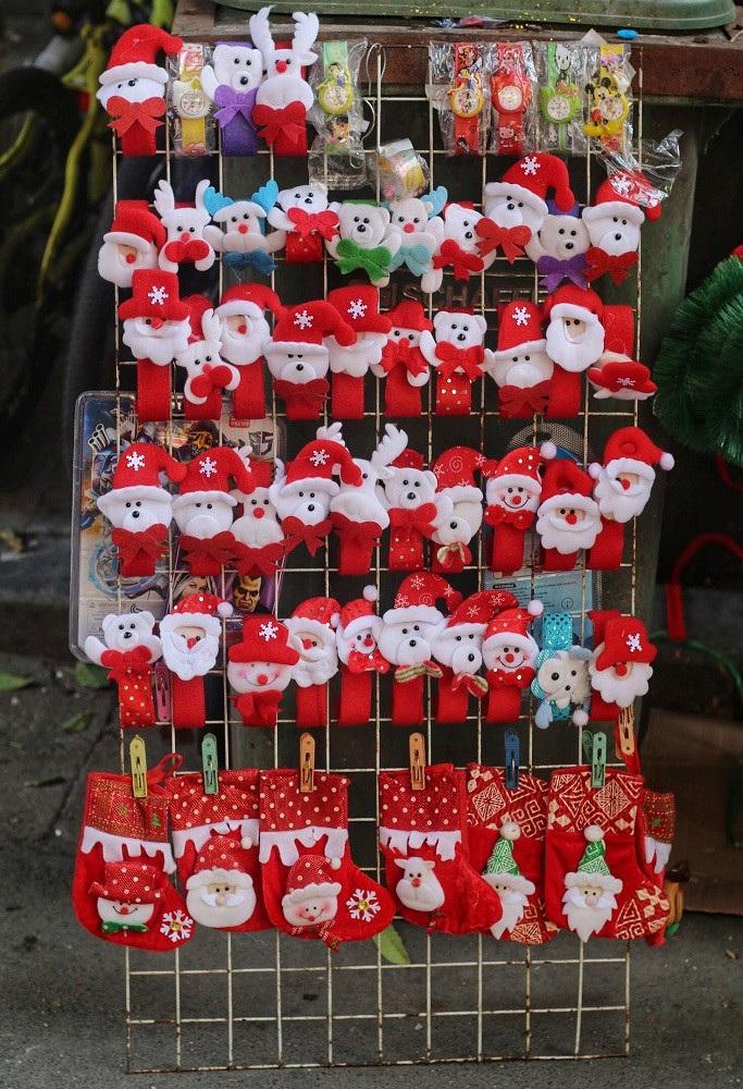 Người Hà Nội chen chân mua sắm trên phố Hàng Mã trước lễ Giáng sinh - Ảnh 13.