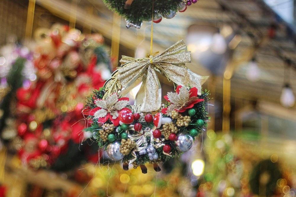 Người Hà Nội chen chân mua sắm trên phố Hàng Mã trước lễ Giáng sinh - Ảnh 14.