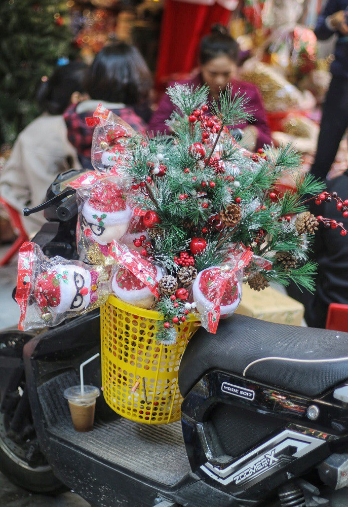 Người Hà Nội chen chân mua sắm trên phố Hàng Mã trước lễ Giáng sinh - Ảnh 15.