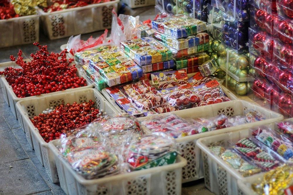 Người Hà Nội chen chân mua sắm trên phố Hàng Mã trước lễ Giáng sinh - Ảnh 3.