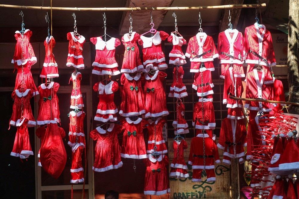 Người Hà Nội chen chân mua sắm trên phố Hàng Mã trước lễ Giáng sinh - Ảnh 4.