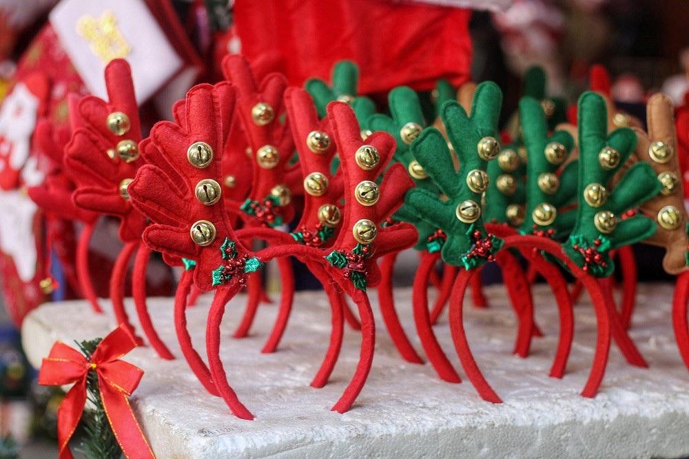 Người Hà Nội chen chân mua sắm trên phố Hàng Mã trước lễ Giáng sinh - Ảnh 5.
