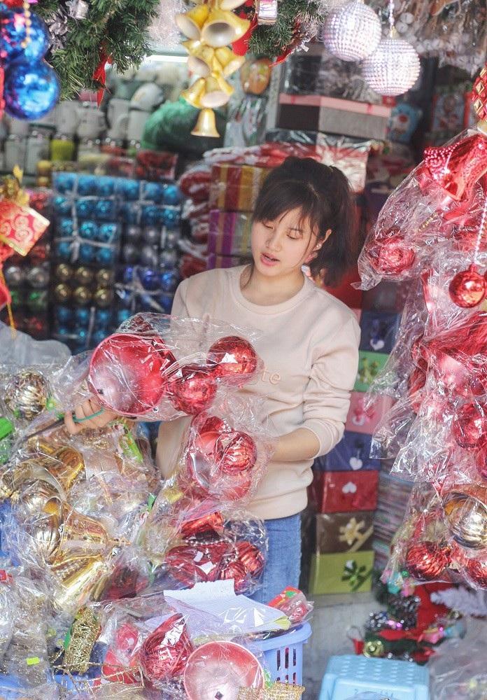 Người Hà Nội chen chân mua sắm trên phố Hàng Mã trước lễ Giáng sinh - Ảnh 7.