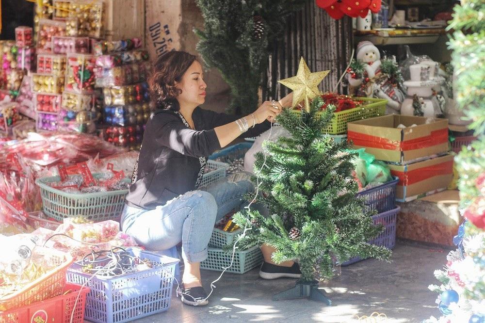 Người Hà Nội chen chân mua sắm trên phố Hàng Mã trước lễ Giáng sinh - Ảnh 8.