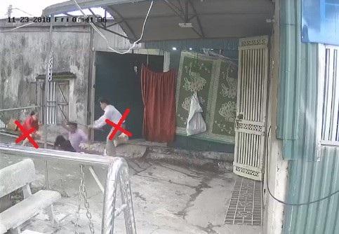Bản thân ông Tiến cũng bị vợ chồng hàng xóm (dấu x) dùng gậy đánh bị thương (ảnh cắt từ clip).