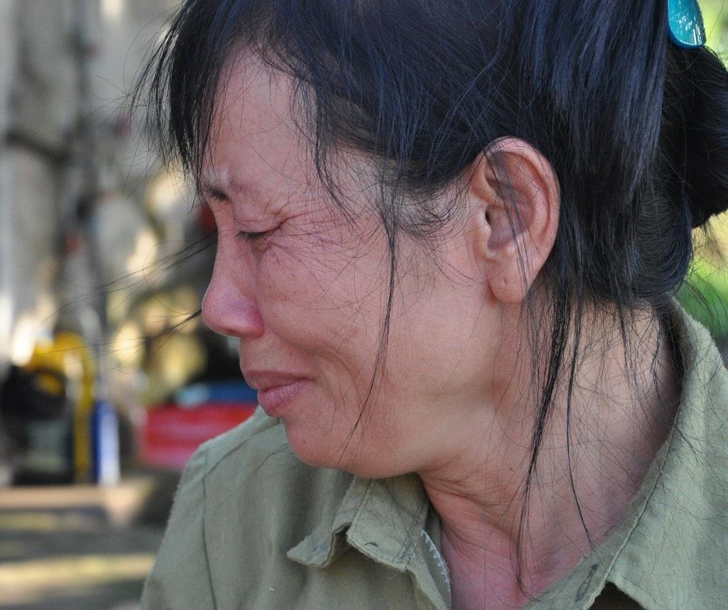 Bị ấu trùng giun đũa chó, người đàn bà khốn khổ không được đi viện vì phải ở nhà chăm 2 em thần kinh - Ảnh 1.