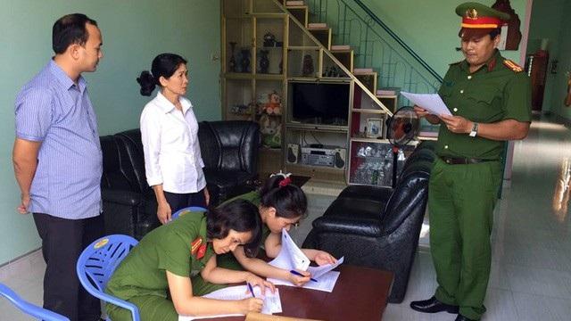 Cơ quan công an đọc lệnh bắt bà Loan, kế toán trưởng của ngân hàng (ảnh:CQCSĐT)