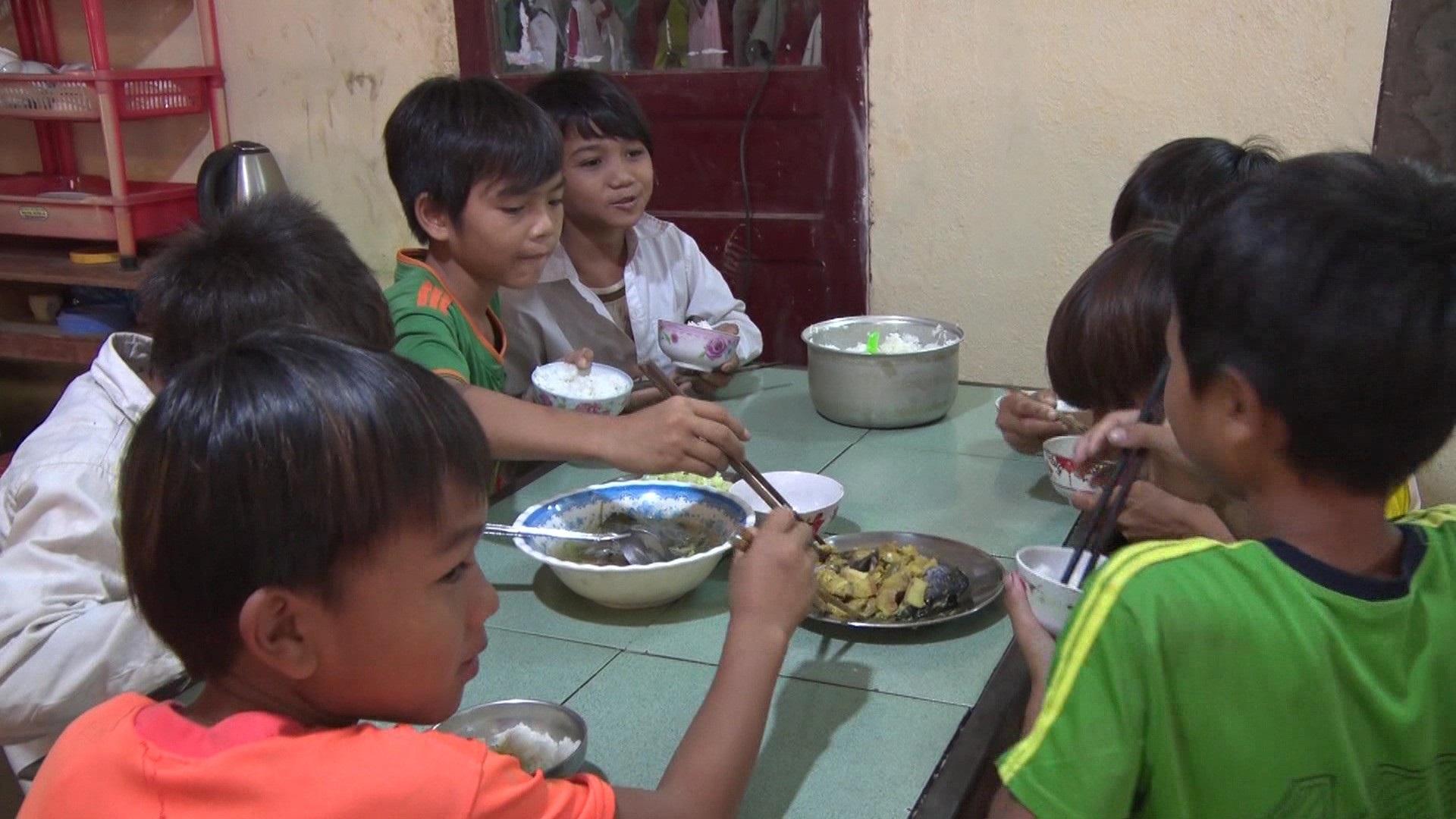 Giáo viên vùng cao chăm lo từng bữa ăn cho học trò nghèo - Ảnh 2.