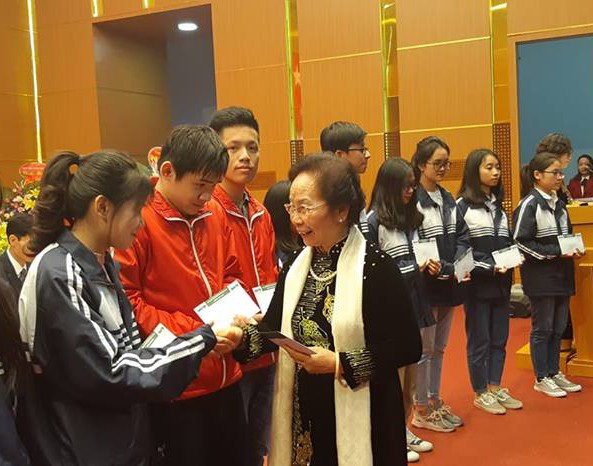 GS-TS Nguyễn Thị Doan, Chủ tịch Hội Khuyến học Việt Nam trao học bổng đến các em học sinh vượt khó học giỏi từ nguồn ủng hộ của gia đình cụ bà Phạm Thị Ninh qua Quỹ Nhân ái báo Dân trí