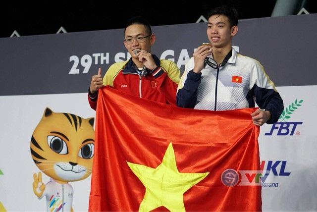 Kình ngư Nguyễn Huy Hoàng (phải) giành HCV Olympic Trẻ thế giới