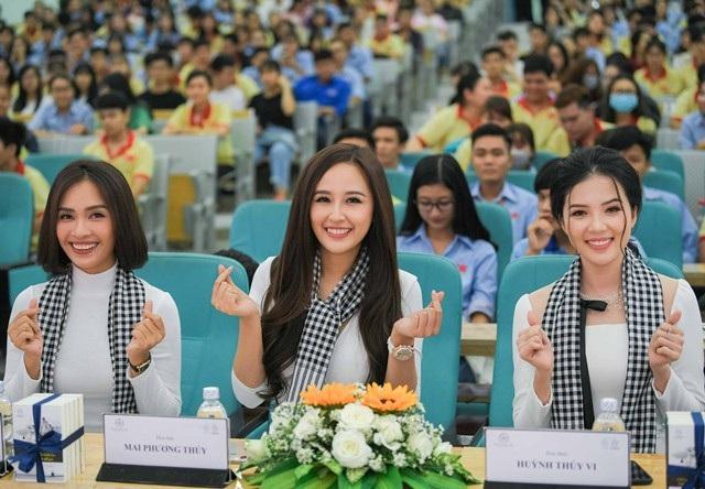 Hoa hậu Mai Phương Thúy (giữa), Hoa khôi Huỳnh Thúy Vi (phải) và ca sĩ Ái Phương vừa cùng tham gia một chương trình giao lưu với sinh viên Cần Thơ.