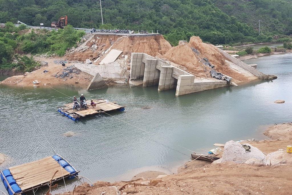 Khánh Hòa: Nỗ lực thi công cầu tạm để giáo viên qua sông dạy học - Ảnh 2.