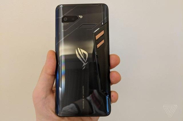 """Mặt lưng ROG Phone với thiết kế """"hầm hố"""" đúng chất game thủ"""