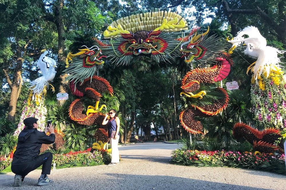 """Mãn nhãn tác phẩm hình rồng """"khổng lồ"""" được tạo từ 1,2 tấn hoa quả ở Hà Nội - Ảnh 4."""