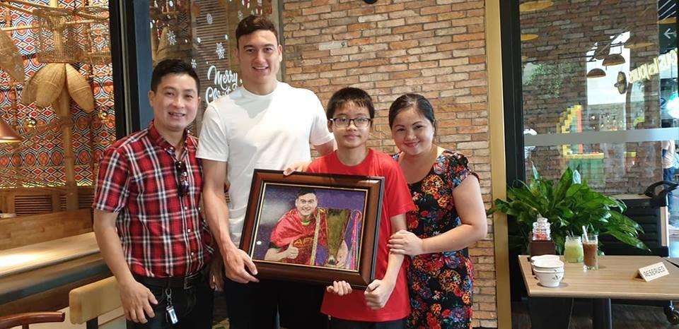 Khoảnh khắc Đặng Văn Lâm bịn rịn chia tay gia đình, ra Hà Nội chuẩn bị cho Asian Cup - Ảnh 4.