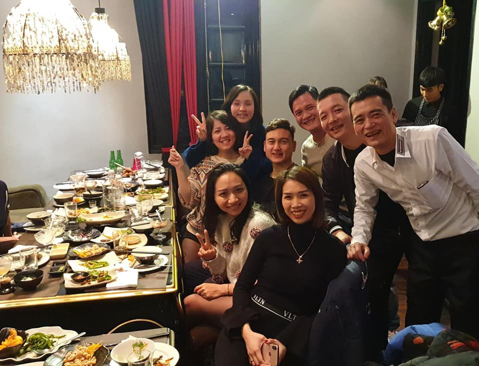 Khoảnh khắc Đặng Văn Lâm bịn rịn chia tay gia đình, ra Hà Nội chuẩn bị cho Asian Cup - Ảnh 1.