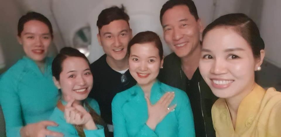 Khoảnh khắc Đặng Văn Lâm bịn rịn chia tay gia đình, ra Hà Nội chuẩn bị cho Asian Cup - Ảnh 12.