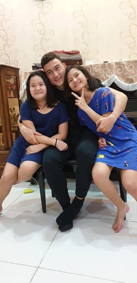 Khoảnh khắc Đặng Văn Lâm bịn rịn chia tay gia đình, ra Hà Nội chuẩn bị cho Asian Cup - Ảnh 7.