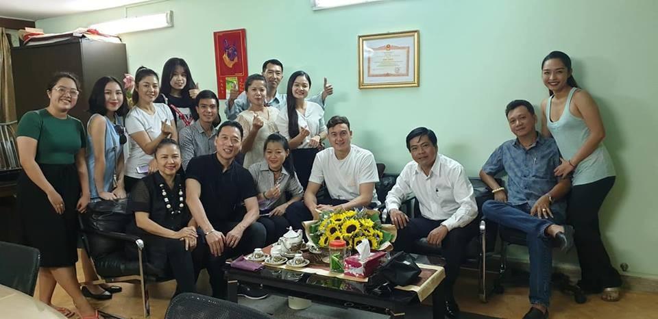Khoảnh khắc Đặng Văn Lâm bịn rịn chia tay gia đình, ra Hà Nội chuẩn bị cho Asian Cup - Ảnh 9.