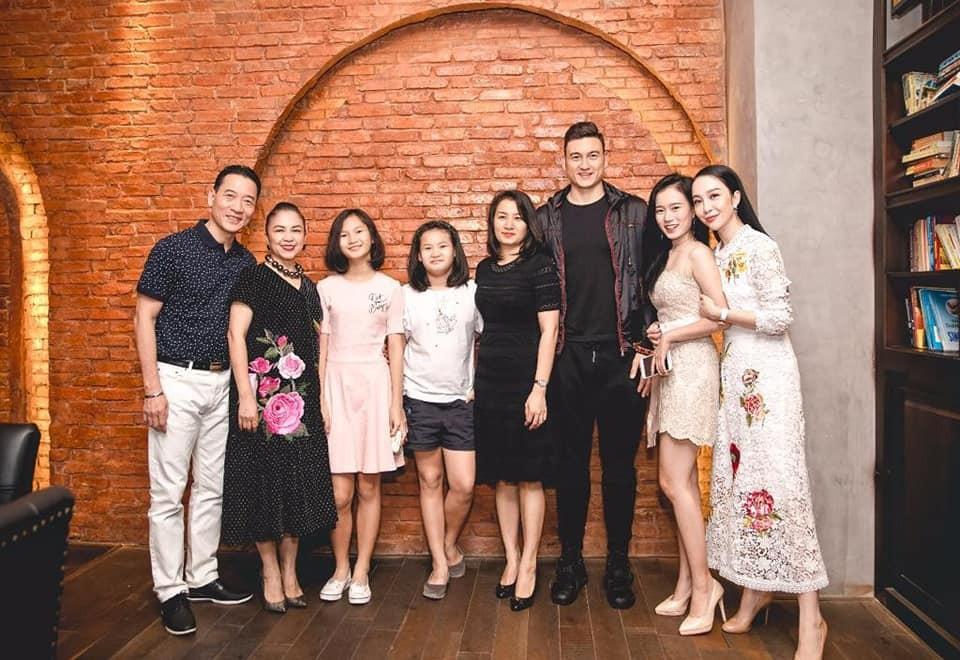 Khoảnh khắc Đặng Văn Lâm bịn rịn chia tay gia đình, ra Hà Nội chuẩn bị cho Asian Cup - Ảnh 3.
