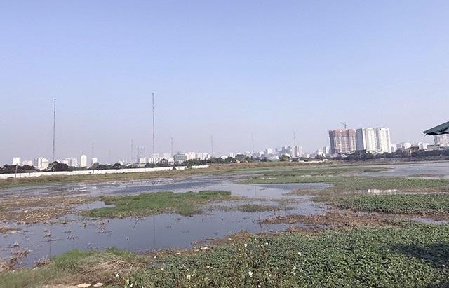 Khu vực xây dựng nhà máy xử lý nước thải Yên Xá vẫn mênh mông nước và cỏ dại