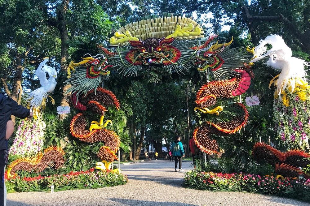 """Mãn nhãn tác phẩm hình rồng """"khổng lồ"""" được tạo từ 1,2 tấn hoa quả ở Hà Nội - Ảnh 1."""