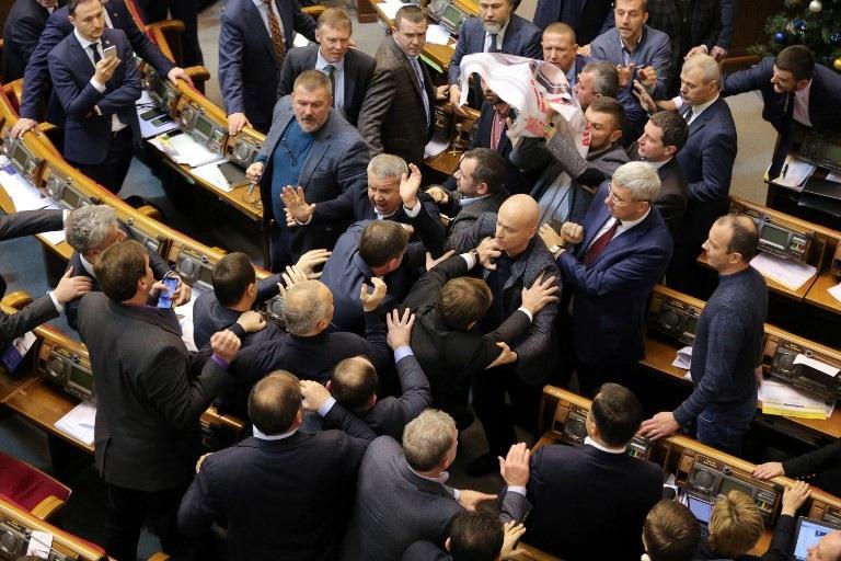 Nghị sĩ Ukraine ẩu đả giữa phiên họp quốc hội - Ảnh 2.