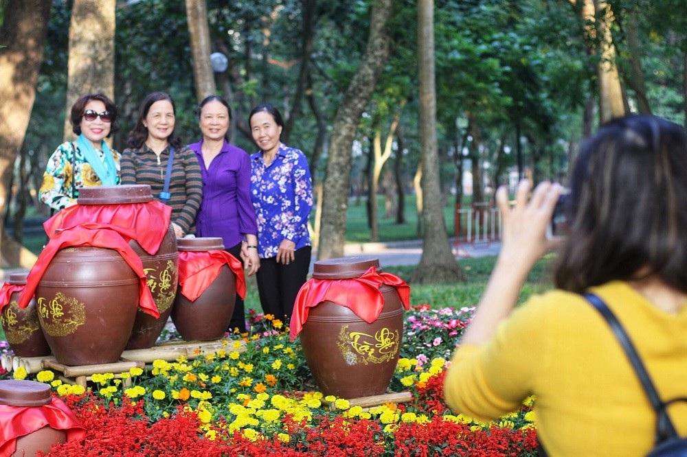 """Mãn nhãn tác phẩm hình rồng """"khổng lồ"""" được tạo từ 1,2 tấn hoa quả ở Hà Nội - Ảnh 8."""