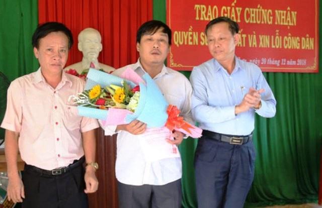 Lãnh đạo huyện trực tiếp xin lỗi dân vì chậm cấp sổ đỏ - Ảnh 1.